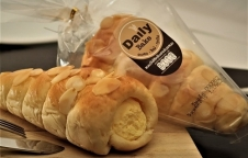 """Daily Bake""  แนะนำขนมปังไส้ครีมฮอร์นรสนม"